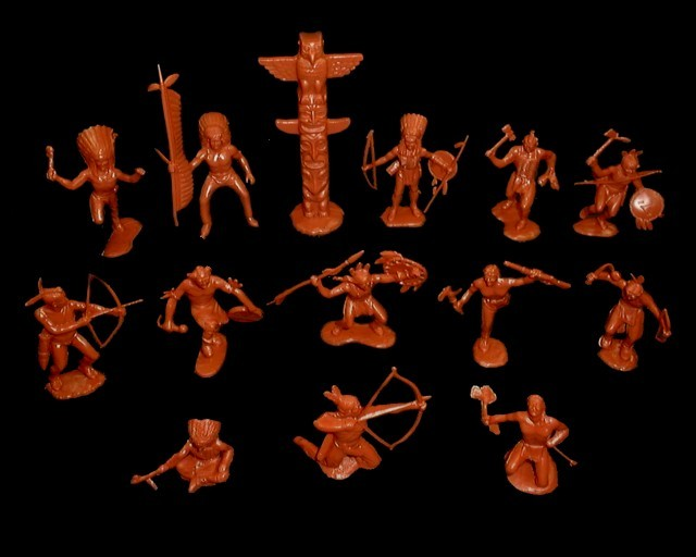 Indians 25 figures in 13 poses w/2 totem poles (red brown)   <font color=#CC0000>(54mm) </FONT>