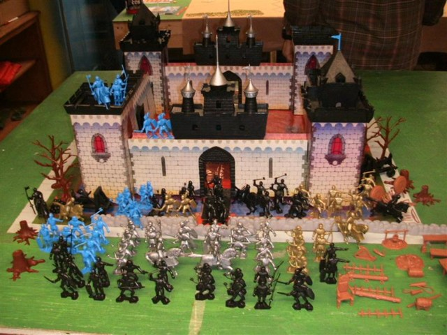 Castle of the Noble Knights Playset - 250 pieces  (s&h $20) (54mm) </FONT>