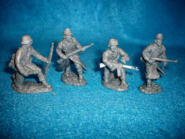 Toy Soldiers of San Diego WWII German Infantry in winter coats 8 figures in 4 poses in gray 1:32 scale