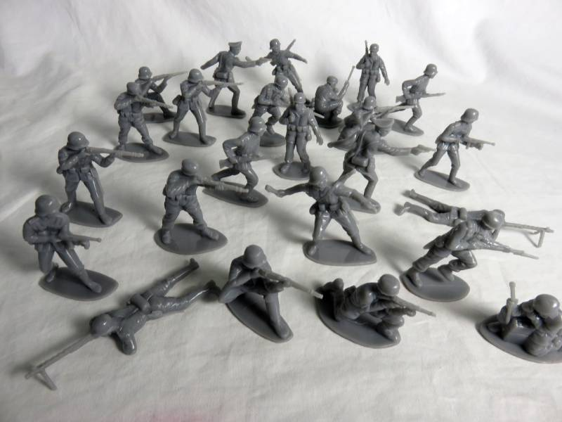 Airfix WWII German Infantry and Paratroopers 24 figures in 12 poses in gray