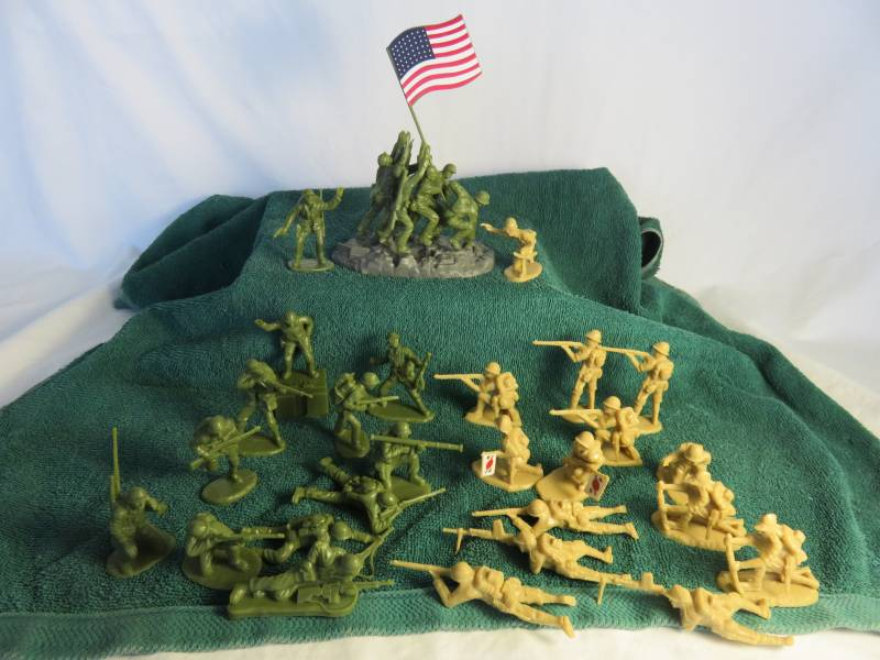 Iwo Jima figure set, 12 Marines, 14 Japanese and 6 men raising flag, plastic (1/32)