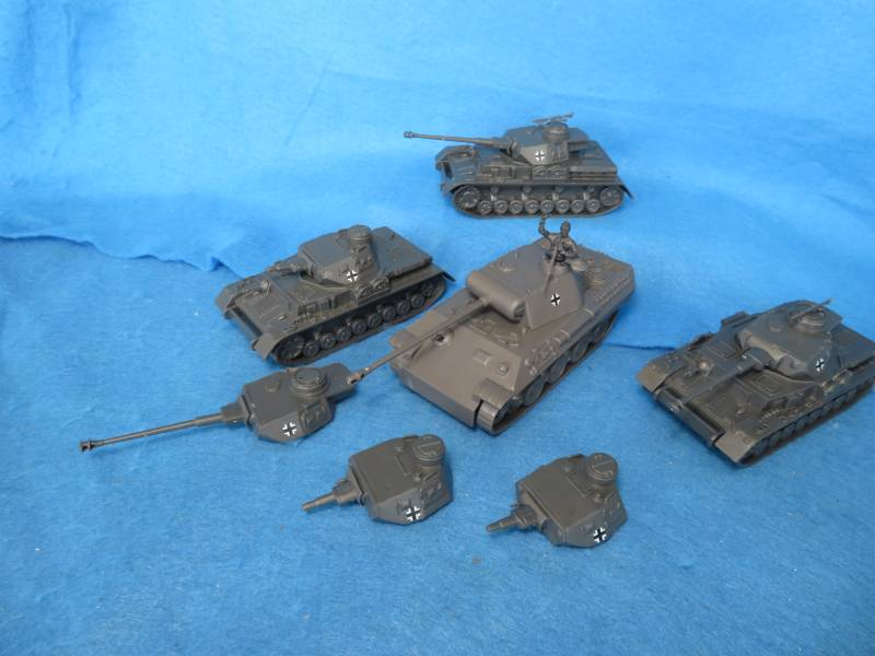 CTS Tank Special: Get 4 Tanks, 3 CTS Panzer IV Tanks, 1 CTS Panther Tank with tank commander and a total of 6 Panzer IV Tank Turrets