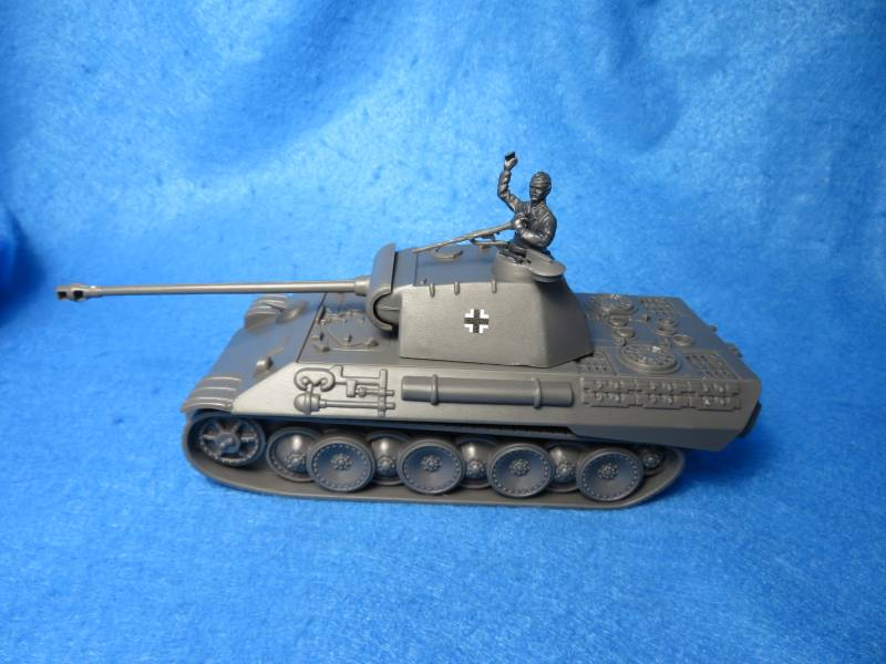 German WWII Panther tank with commander figure, plastic 1/38