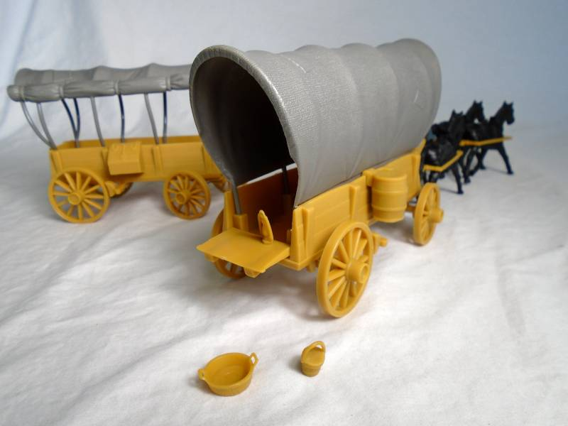 Conestoga Wagon (tan) w/2 different tops (cream) with 4 horse hitch and driver (blue) <font color=#CC0000>(54mm) </FONT>