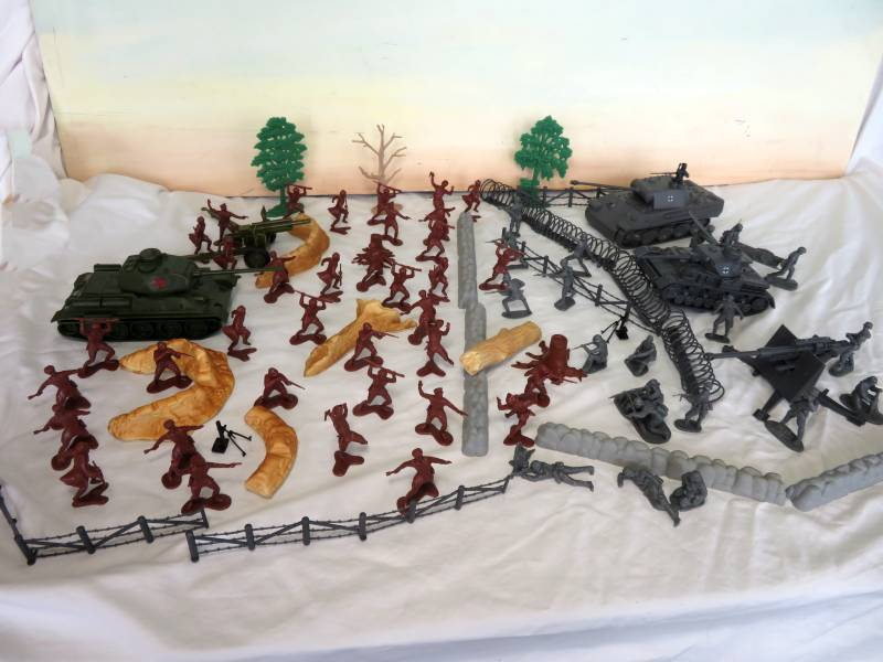 WWII Eastern Front Playset --- 95 pieces (s&h $30) <FONT COLOR=#CC0000>(54mm) </FONT>