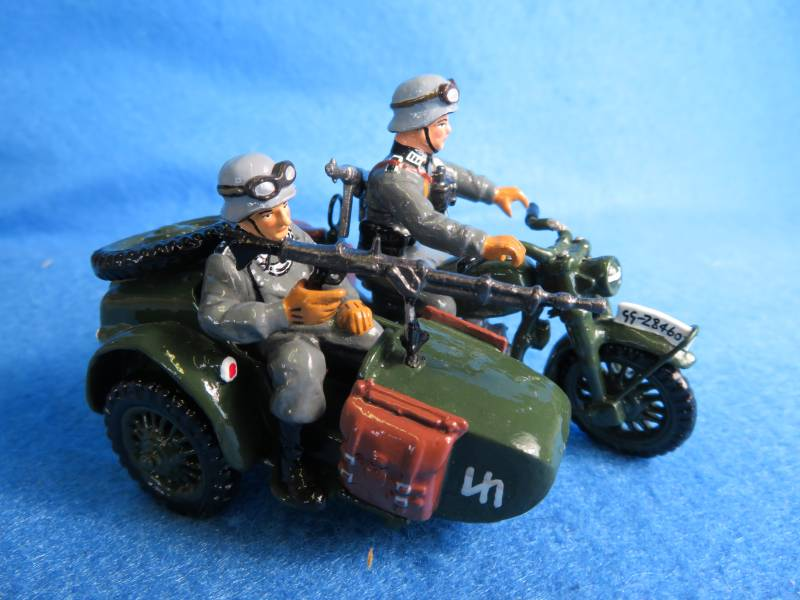 King & Country WWII German motorcycle with side/car and two man crew,metal painted
