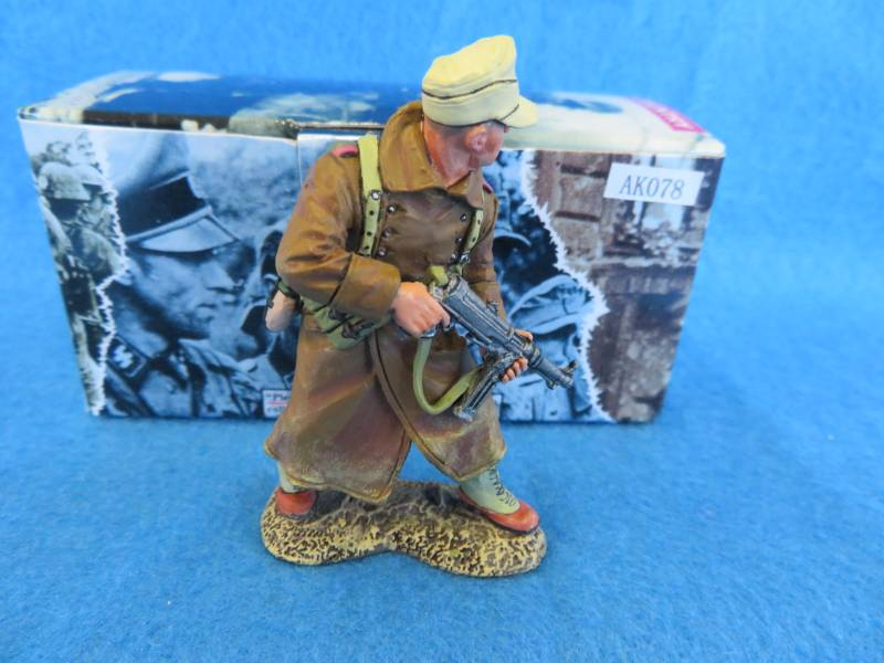 King&Country Africa Korps officer w/schmeisser, AK078- in box