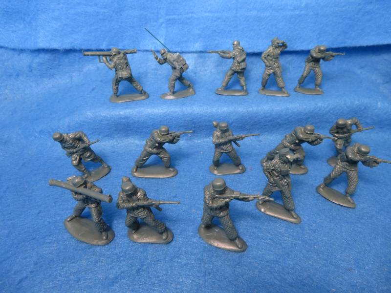 Mars #32034 WWII German Paratroops in winter dress, 54mm, 15 fig-8poses