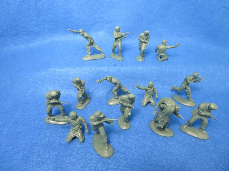 MARS # 32035 WWII German Panzer crew in combat, 15 figures in 8 poses, 54mm