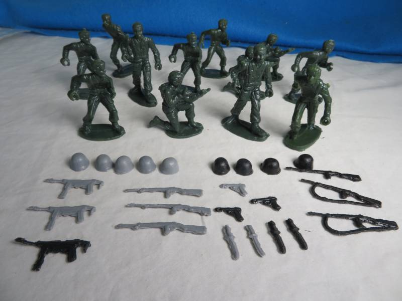 MPC GI's ring hand with weapons, 54mm, green 20 fig + 28 acc's