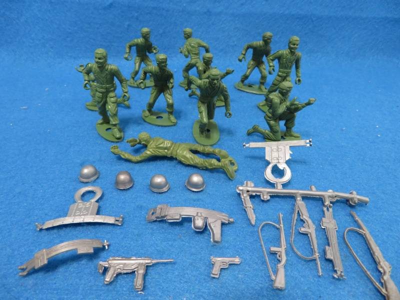MPC WWII GI'S (ORIGINAL) 11 FIURES IN 5 POSES WITH 14 WEAPONS/ACC'S IN SILVER